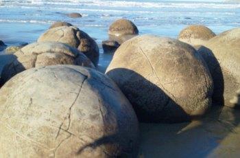 奥玛鲁海滩上神奇的巨石 景点图片